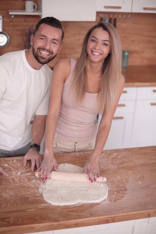 Le jeune couple communique dans la cuisine à la maison images stock