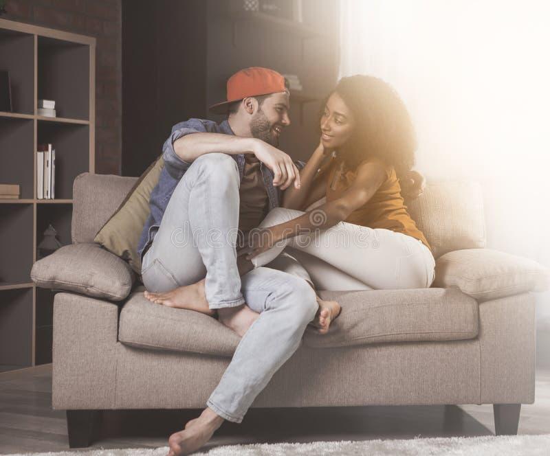 Le jeune couple dans l'amour se repose à la maison photographie stock libre de droits