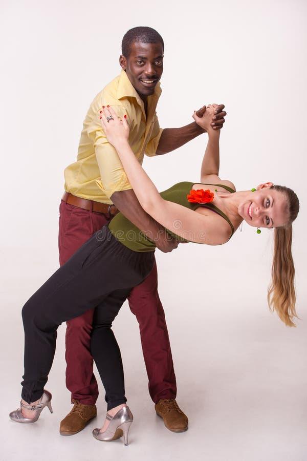 Le jeune couple danse le Salsa des Caraïbes, tir de studio photo stock