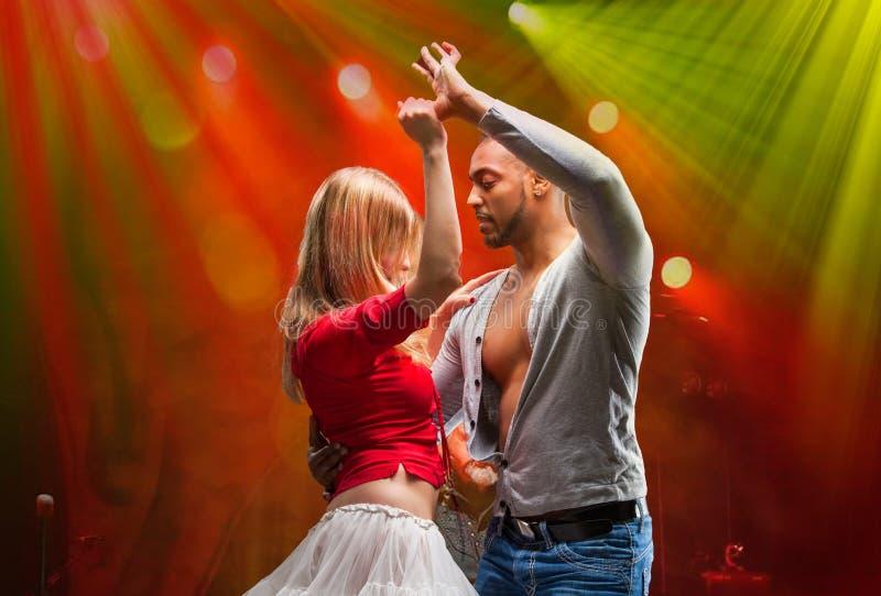 Le jeune couple danse le Salsa des Caraïbes photo stock