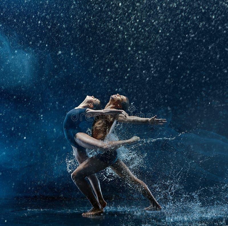 Le jeune couple des danseurs classiques dansant le rwater d'unde chute photographie stock