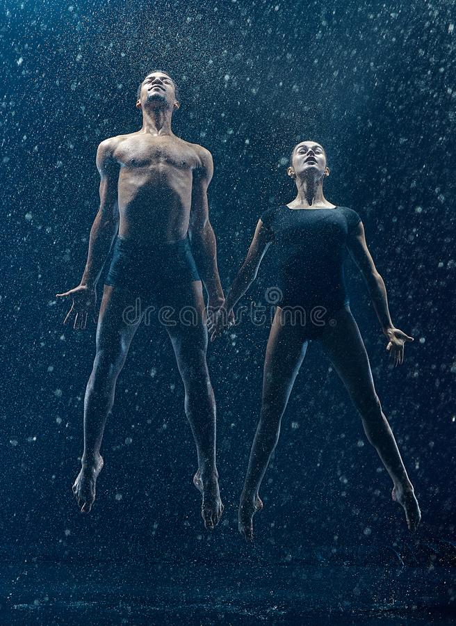 Le jeune couple des danseurs classiques dansant le rwater d'unde chute image stock