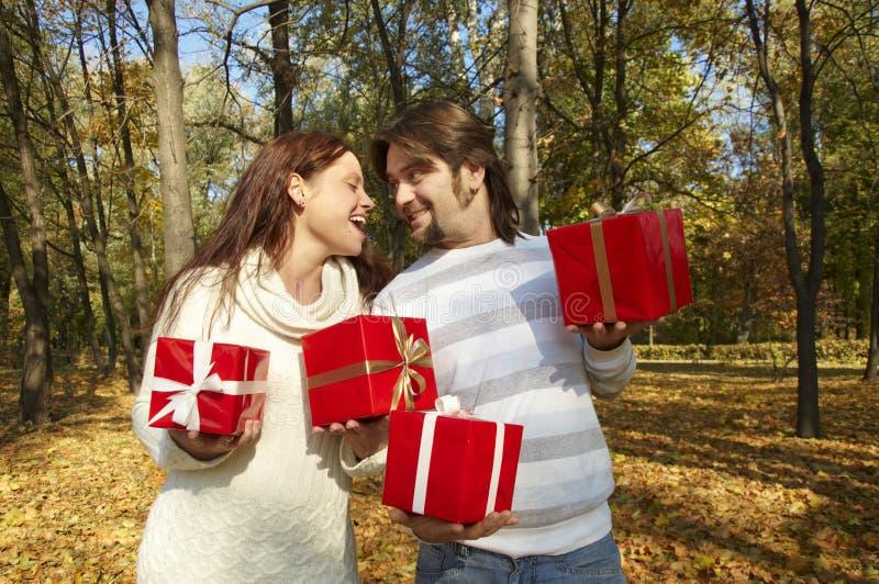 Le jeune couple donne des cadeaux image libre de droits