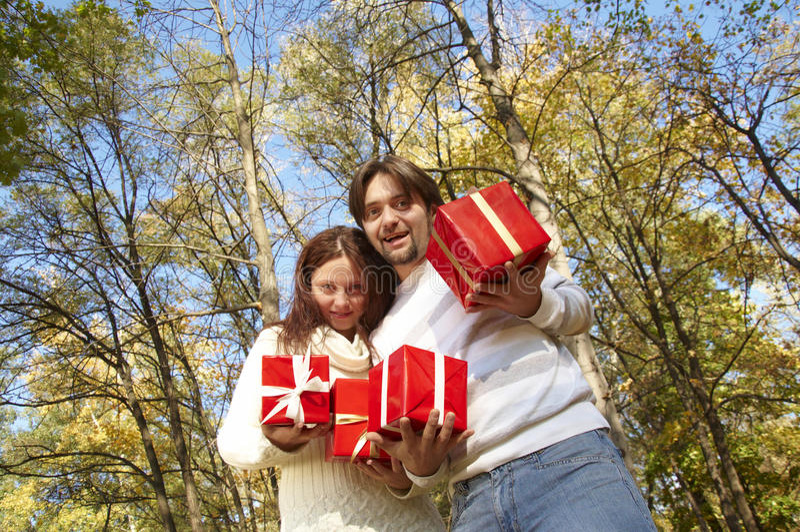Le jeune couple donne des cadeaux photo libre de droits