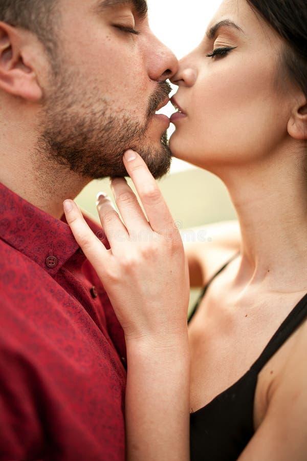 Le jeune couple embrasse images libres de droits