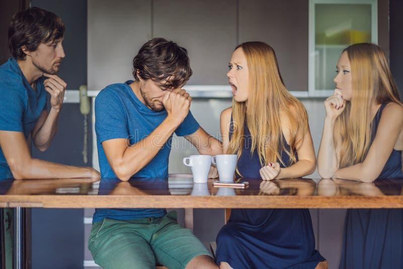 Le jeune couple jure dedans la cuisine Observez et évaluez leur comportement du côté Concept ?motif d'intelligence photographie stock libre de droits