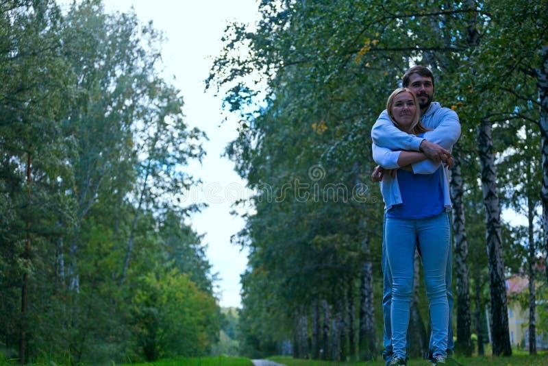 Le jeune couple marche dans la forêt photo libre de droits