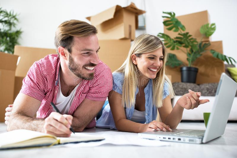 Le jeune couple prévoit d'équiper une nouvelle maison images stock