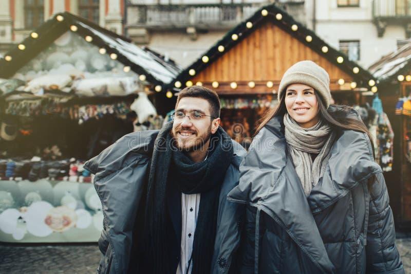 Le jeune couple romantique a l'amusement dehors en hiver avant ch photos stock