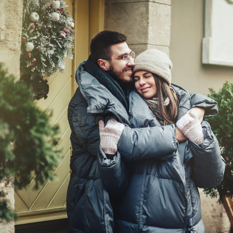 Le jeune couple romantique a l'amusement dehors en hiver avant ch photographie stock libre de droits