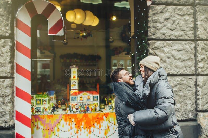 Le jeune couple romantique a l'amusement dehors en hiver avant ch photographie stock