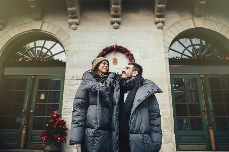 Le jeune couple romantique a l'amusement dehors en hiver avant ch photos libres de droits
