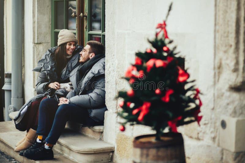 Le jeune couple romantique a l'amusement dehors en hiver avant ch photo libre de droits