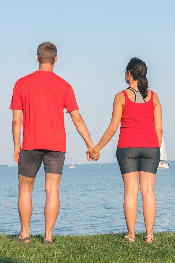 Le jeune couple se trouve sur le rivage au Lac Balaton en Hongrie photos libres de droits