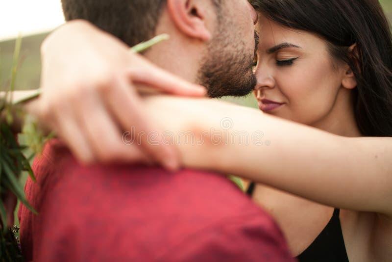 Le jeune couple ?treint image libre de droits