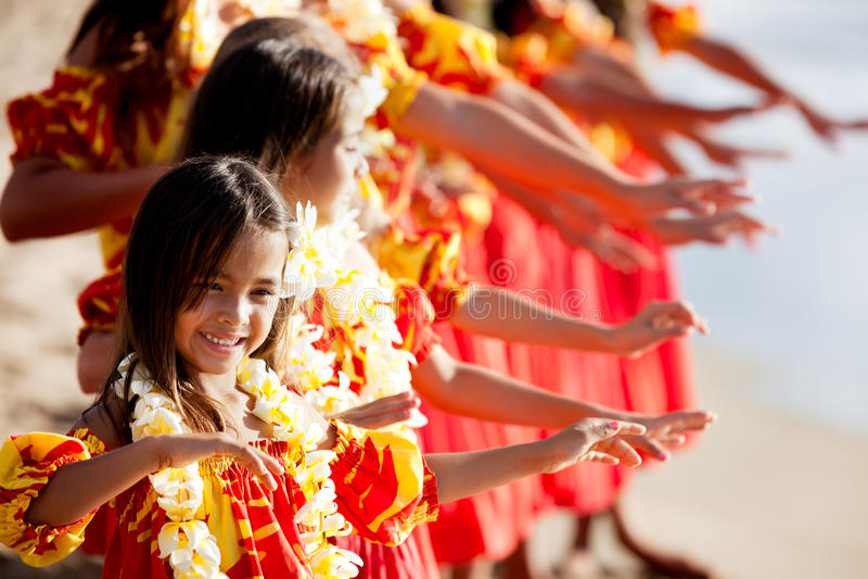Le jeune danseur de danse polynésienne mène la troupe photographie stock libre de droits
