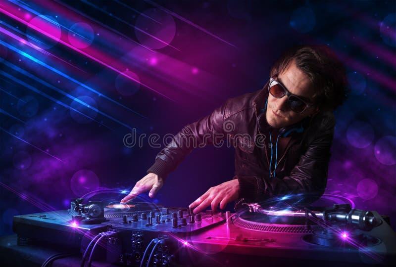 Download Le Jeune DJ Jouant Sur Des Plaques Tournantes Avec Des Effets De La Lumière De Couleur Illustration Stock - Illustration du danse, nuit: 45365733