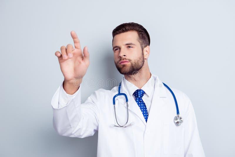 Le jeune Doc. élégant barbu beau fonctionne avec l'écran tactile image libre de droits