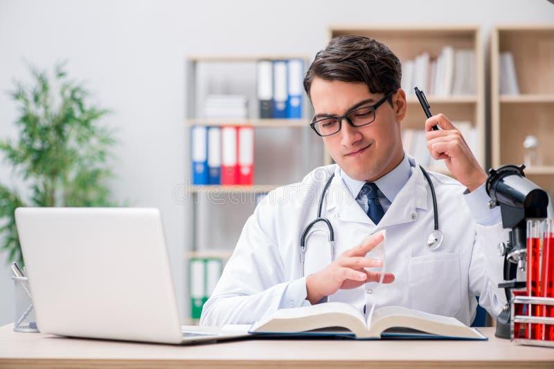 Le jeune docteur étudiant l'éducation médicale image stock