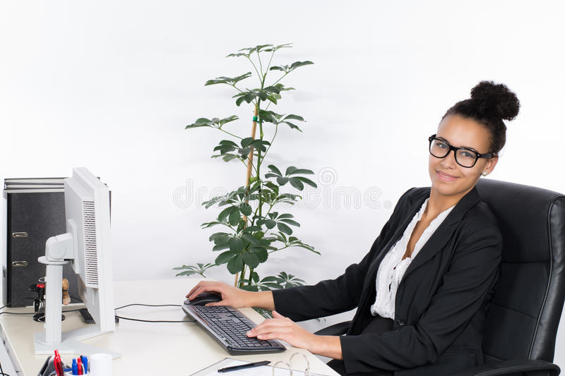Le Jeune Employ De Bureau Travaille Au PC Photo stock Image