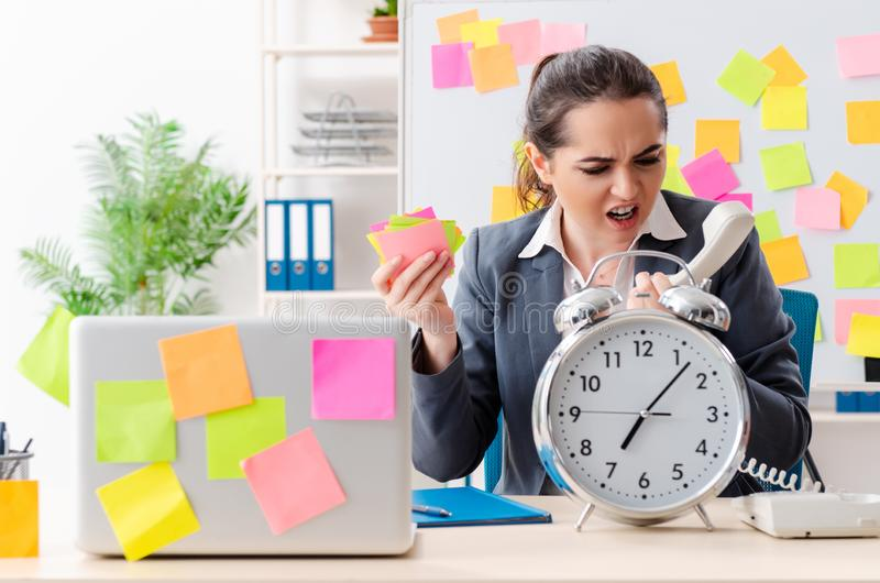 Le jeune employé féminin dans le concept contradictoire prioritaires illustration stock