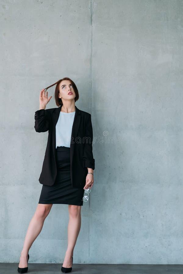 Le jeune espace ambitieux de copie d'interne de femme d'affaires photos stock