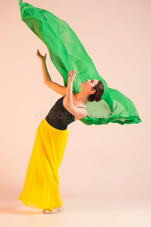 Le jeune et la ballerine incroyablement belle danse au studio image stock