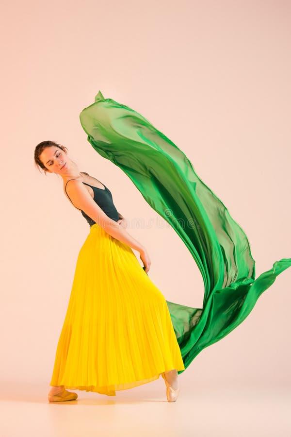 Le jeune et la ballerine incroyablement belle danse au studio photographie stock libre de droits