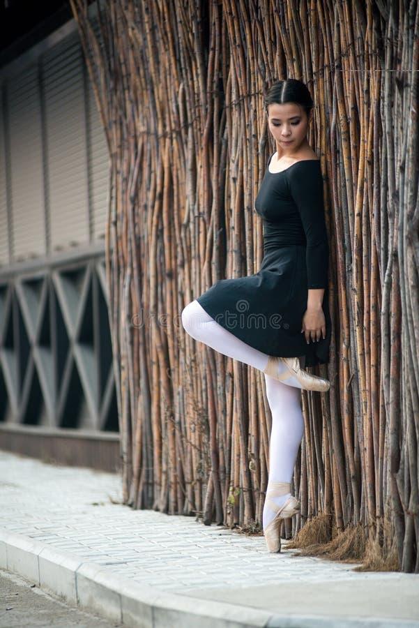 Le jeune et la ballerine incroyablement belle est posant et dansant dans un studio blanc complètement de lumière photos stock