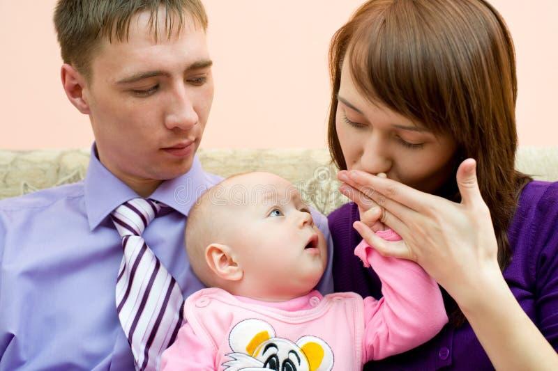 Le jeune famille, mari est jaloux de l'épouse photos stock