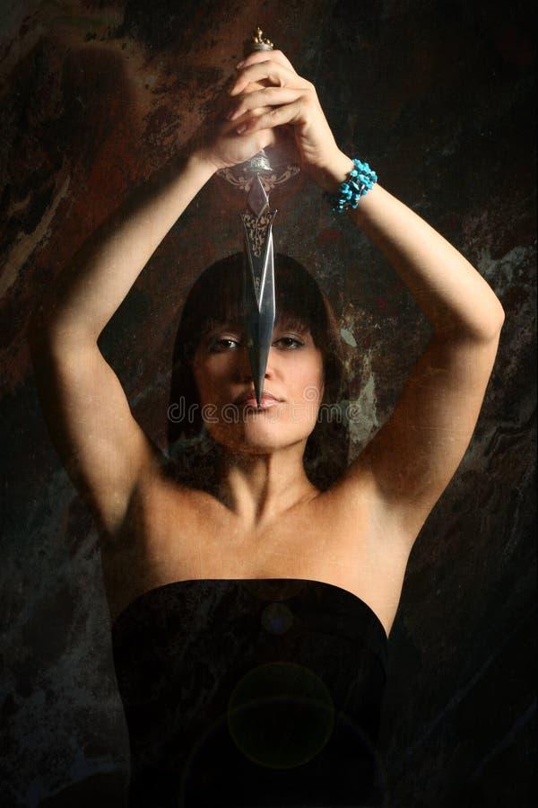 Le jeune femme avec un poignard photos libres de droits