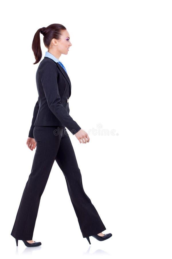 Le jeune femme d'affaires marche photo libre de droits