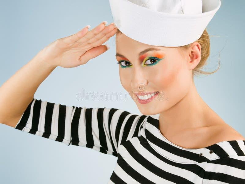 Le jeune femme de sourire aiment un marin images libres de droits