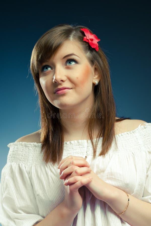 Le jeune femme effectue un souhait image stock