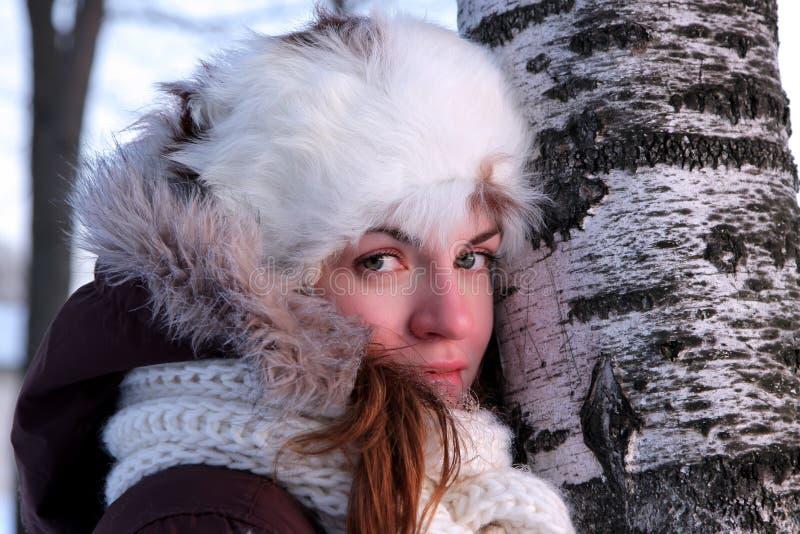 Le jeune femme en hiver outwear photographie stock