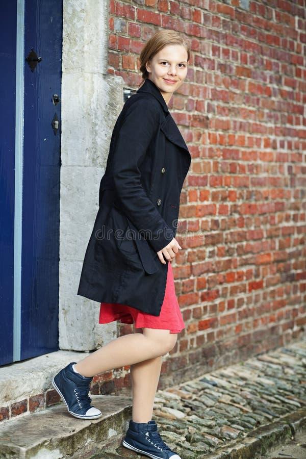 Le jeune femme marche hors de la trappe photographie stock