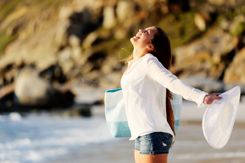Le jeune femme ouvre ses bras aux environnements photographie stock libre de droits