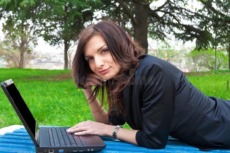 Le jeune femme travaille sur l'ordinateur portatif. photos libres de droits