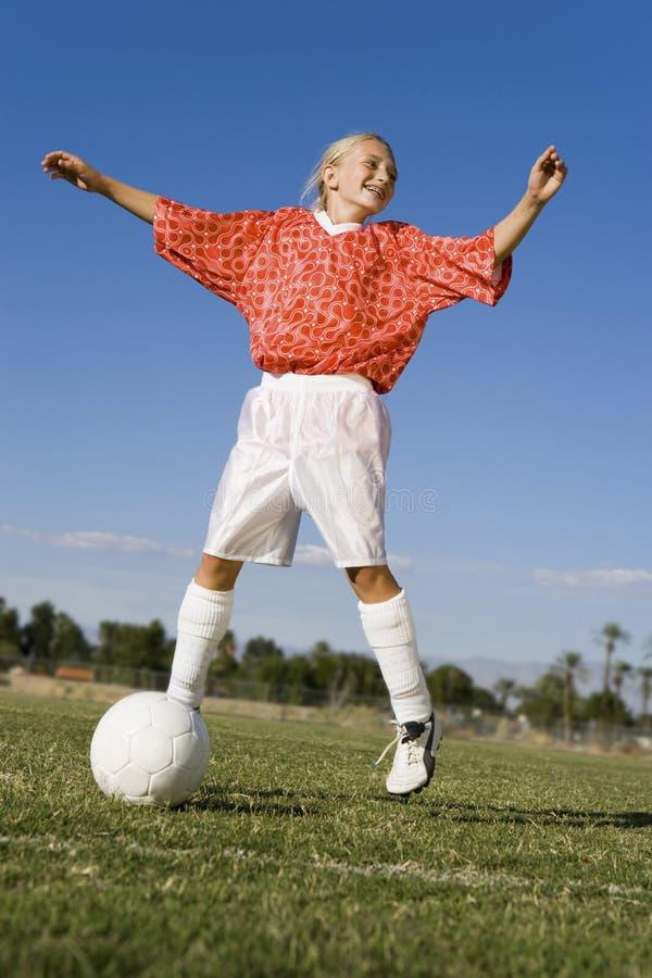 Le jeune football de jeu femelle image stock