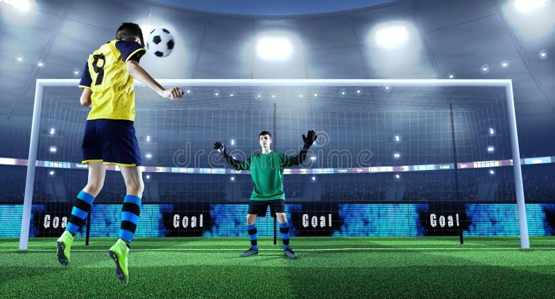 Le jeune footballeur donne un coup de pied la boule tandis que le gardien de but défend dessus photos libres de droits