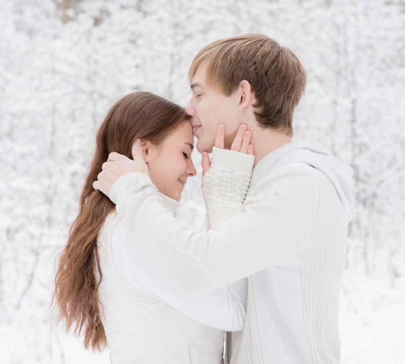 Le jeune garçon embrasse un front de la fille n images stock