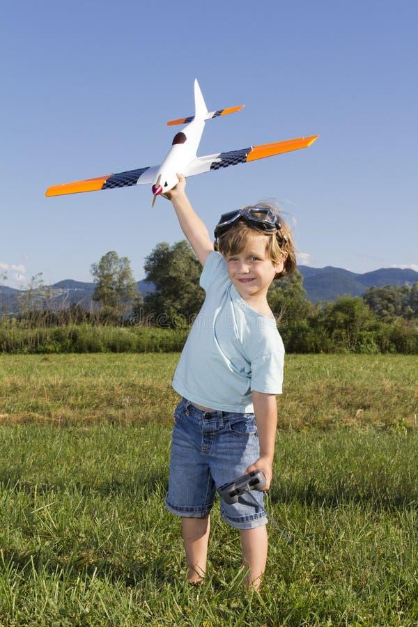 Le jeune garçon heureux et ses RC neufs surfacent images libres de droits