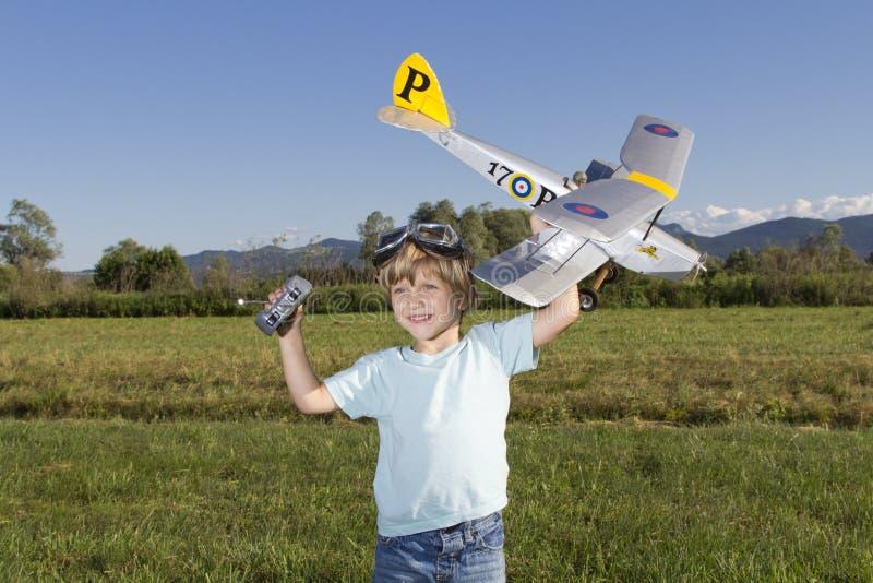 Le jeune garçon heureux et ses RC neufs surfacent photos stock