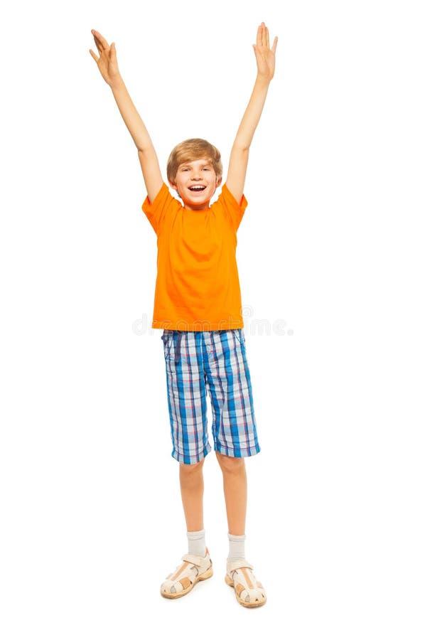 Le jeune garçon soulève des mains  images stock