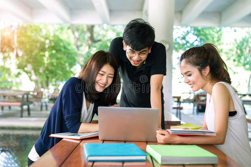 Le jeune groupe d'étudiants consultent avec des dossiers d'école photos libres de droits