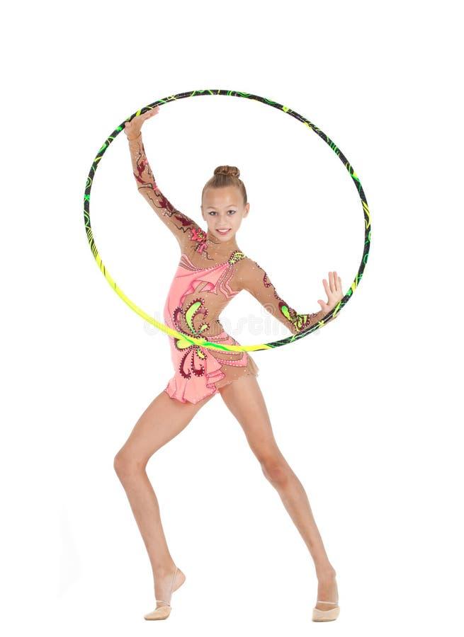 Le jeune gymnaste exécute avec le cercle photos libres de droits