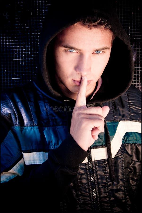 Le jeune homme appuie le doigt aux languettes image libre de droits