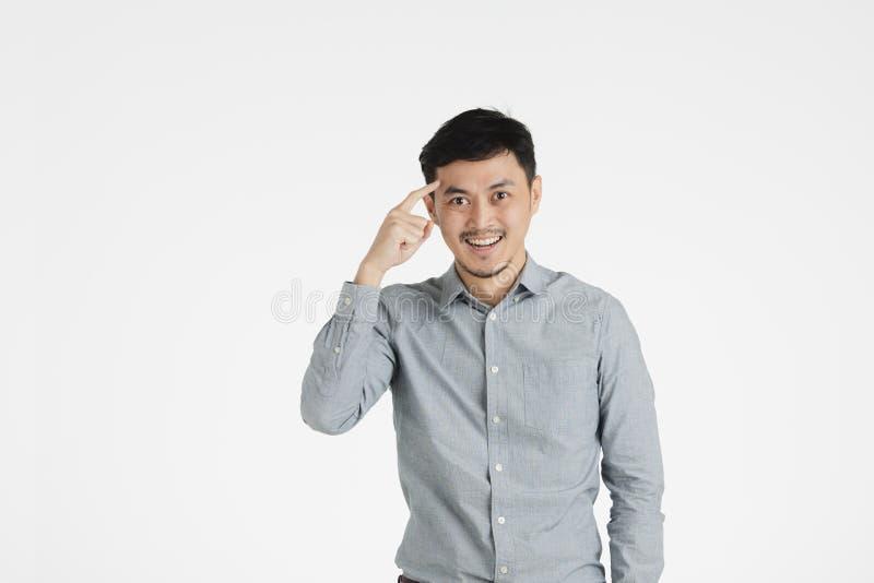 Le jeune homme asiatique cliquent sur dessus l'idée photo libre de droits