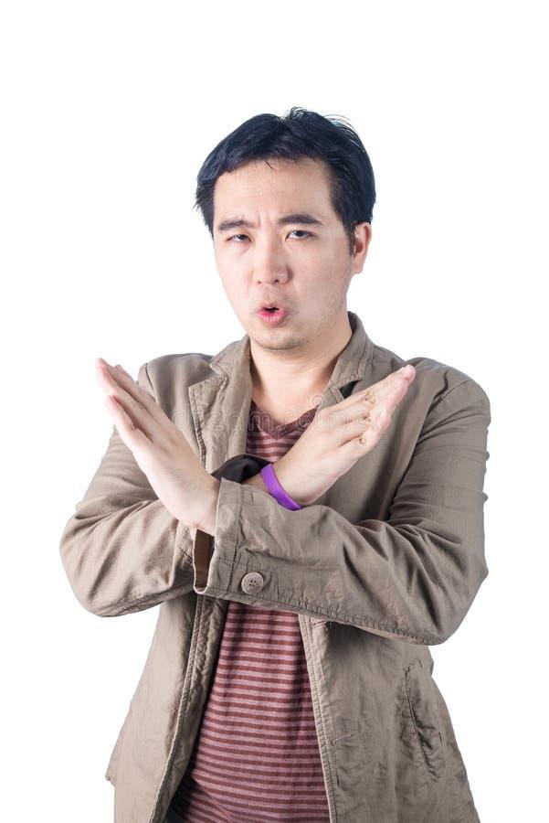 Le jeune homme asiatique a pompé, faisant la forme de signe de X avec ses bras et photo libre de droits