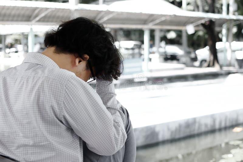 Le jeune homme asiatique soumis à une contrainte frustrant d'affaires avec des mains sur le sentiment de front a essayé ou inquié photographie stock libre de droits